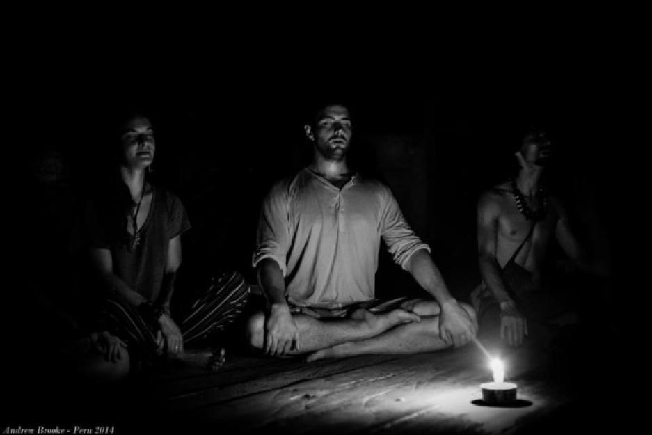 le persone si preparano all'esperienza meditando e rilassandosi
